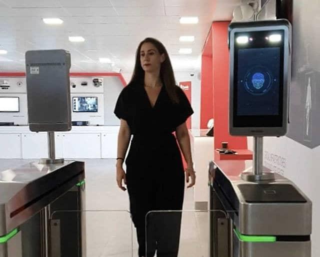 persona-en-aeropuerto-control-covid-blockchain-nbitek